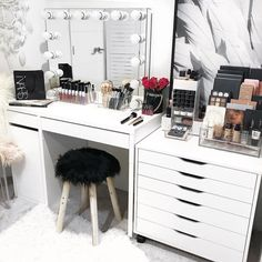 Our new VC Salon Pro Hollywood Mirror without it's base proving ample bench space to work your makeup magic ✨ . Hollywood Mirror, Rangement Makeup, Vanity Room, Vanity Set, Small Vanity, Desk Areas, Makeup Rooms, Ikea Makeup, Diy Makeup