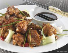 Hozzávalók: 12 húsos csirkeszárny, 4 gerezd fokhagyma, kisujjnyi darab friss gyömbér, kb. 1 evőkanál só, 1,5 dl nem túl sós sötét szójamártás (lehet a sűrű édes szójaszósz is), 1,5 dl édes fehérbor, 1-2 kiskanál kristálycukor ... Tandoori Chicken, Ethnic Recipes, Food, Essen, Meals, Yemek, Eten