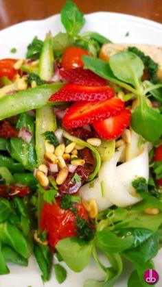 grün weißer Spargelsalat mit selbstgemachtem Pesto
