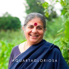 """Na nossa coluna Quarta Gloriosa de hoje, @gpiresoficial traz a história da filósofa, física e ecofeminista Vandana Shiva: fundadora da Navdanya, uma ONG de proteção às sementes nativas e aos pequenos agricultores. Vem conferir e se inspirar na história de Vandana! Para ler a coluna Quarta Gloriosa, de Gloria Pires, é só ir no link na bio em """"Nossa Voz"""". Ah! Não esqueça de nos contar o que achou nos comentários 💚 Dias verdes virão! Vandana Shiva, Link, Movie Posters, Founding Fathers, Seeds, To Tell, Good Ideas, Women, Farmers"""