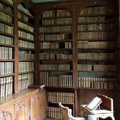 La bibliothèque de Marie-Judith de Vienne, femme lettrée, qui conserve la première édition de l'Encyclopédie. Toute la bibliothèque est classée M H.#commarin#books#bibliothèque