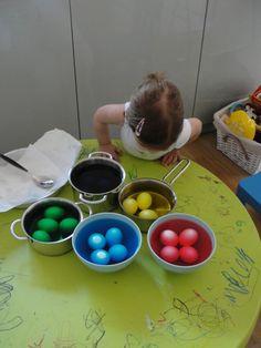 Πέρσυ τέτοιες ημέρες είχαμε ανεβάσει ένα άρθρο για το ασφαλές βάψιμο αυγών με παιδιά! Φέτος που το πιτσιρίκι του Ftiaxto.gr κλείνει τα 2 αποφασίσαμε να το δοκιμάσουμε κι εμείς. Μιλάμε για βάψιμο αυγών που γίνεται με χρώματα ζαχαροπλαστικής και ξύδι, χωρίς χημικές βαφές. Το αποτέλεσμα μας αποζημίωσε και φυσικά περάσαμε φανταστικά, μικροί και μεγάλοι! Διάβασε … Continue reading Βάψιμο αυγών με χρώματα ζαχαροπλαστικής Easter Recipes, Happy Easter, Dog Bowls, Easy Crafts, Eggs, Projects, Food, Decor, Ideas