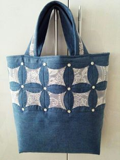 Одноклассники (com imagens) Quilted Tote Bags, Denim Tote Bags, Denim Purse, Patchwork Bags, Denim Patchwork, Diy Bags Purses, Denim Ideas, Denim Crafts, Recycle Jeans