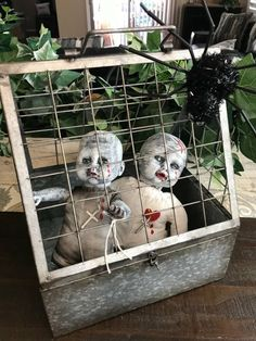 Your guiests and trick or treaters will be seriously spooked. All 17 fabulous ideas are budget friendly and simple to diy. halloween decoration 17 Spooky Halloween Decor Ideas That Will Scare Your Guests Halloween Prop, Spooky Halloween Decorations, Fun Halloween Crafts, Dollar Store Halloween, Spooky Decor, Homemade Halloween, Halloween Party Decor, Vintage Halloween, Diy Halloween Haunted House Ideas