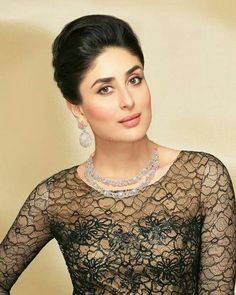 Some Lesser Known Facts About Kareena Kapoor Does Kareena Kapoor smoke?: No Does Kareena Kapoor drink alcohol?: Yes Kareena Kapoor drinks wine Kareena is o Bollywood Saree, Bollywood Fashion, Bollywood Actress, Indian Celebrities, Bollywood Celebrities, Look Fashion, Fashion Beauty, Karena Kapoor, Kareena Kapoor Khan