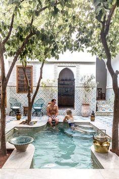 Riad Yamina Pool in Marrakesch Marokko über Finduslost Riad Yamina Piscine à Marrakech Maroc à propos de Finduslost - Small Backyard Pools, Small Pools, Pool Decks, Small Backyards, Kleiner Pool Design, Outdoor Spaces, Outdoor Living, Outdoor Pool, Small Pool Design