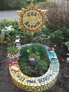 Een kleine tuin met mozaïek | Vind meer inspiratie over grafmonumenten voor de begrafenis en de crematie op http://www.rememberme.nl/urnen-grafkisten-grafmonumenten/
