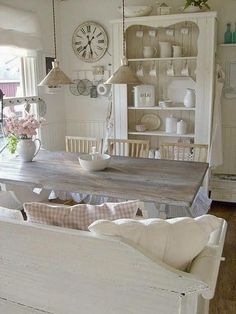 Looking for some great ideas to develop a shabby chic theme inside your new kitchen? Shabby Chic kitchen style has its own origins in traditional English and Comedor Shabby Chic, Cocina Shabby Chic, Shabby Chic Mode, Muebles Shabby Chic, Estilo Shabby Chic, Shabby Chic Kitchen, Shabby Chic Cottage, Vintage Shabby Chic, Cottage Style