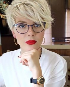 Tendance Coupe & Coiffure Femme Description I really need my bangs to lay like these! Cute Short Haircuts, Short Hairstyles For Women, Cool Hairstyles, Hairstyle Ideas, Haircut Short, Haircut Styles, Short Bangs, Hair Ideas, Glasses Hairstyles