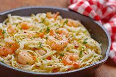 La recette des spaghettis aux crevettes et beurre à l'ail Une idée recette rapide, simple et délicieuse. Cette recette demande un peu de vin blanc une