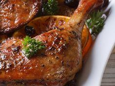 cuisse de canard, oignon, ail, cumin, gingembre, coriandre, raisins secs, miel, vinaigre balsamique, cube de bouillon, crème fraîche... Starters Menu, Duck Recipes, Pavlova, Chicken Wings, Poultry, Entrees, Pork, Turkey, Dishes