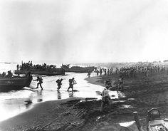 Soldats américains débarquant à Attu dans la baie du Massacre le 12 mai 1943