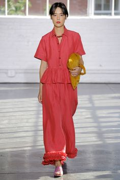 See all the Collection photos from Creatures Of Comfort Spring/Summer 2017 Ready-To-Wear now on British Vogue Student Fashion, Fashion Week, Fashion 2017, Runway Fashion, Fashion Show, Fashion Looks, Stella Jean, Casual Chic, Spring Summer Fashion
