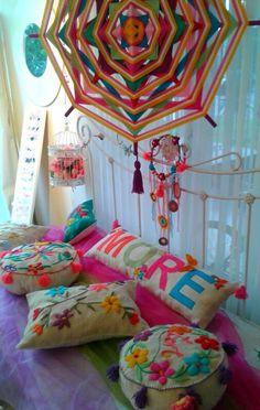 Mandalas, almohadones bordados con mucho color