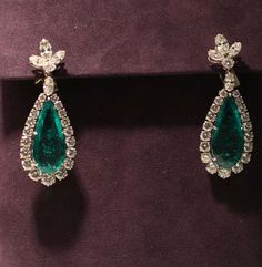 """The BVLGARI Emerald Suite was given to Elizabeth Taylor from Richard Burton circa """"I introduced Liz to beer, and she introduced me to BVLGARI. Diamond Tiara, Diamond Earing, Emerald Earrings, Emerald Jewelry, Diamond Jewelry, Elizabeth Taylor Schmuck, Jewellery Exhibition, Bvlgari, Bridal Jewelry"""