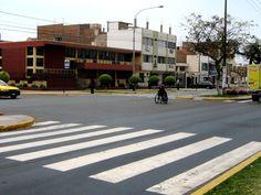 """#TipsViales """"El Rayado"""" o Paso Peatonal: es la zona de intersección entre la circulación rodada y el tránsito peatonal. Es una zona para el paso exclusivo de los peatones; y los vehículos no deben pisarla. Los peatones tampoco deben cruzar las calles por otro lugar que no sea a través de """"El Rayado""""."""