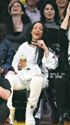 rihanna's smile💕 This is how I will be at all football games Looks Rihanna, Rihanna Love, Rihanna Style, Mode Rihanna, Rihanna Riri, Beyonce, Flipagram Video, Rihanna Makeup, Rihanna Outfits