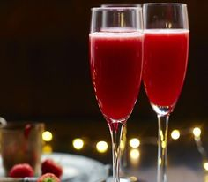 Rossini The Rossini cocktail is a deliciously tempting drink to make at home this Christmas – Prosecco with a homemade strawberry puree! – Cocktails and Pretty Drinks Fernet Branca Cocktails, Cointreau Cocktails, Aquavit Cocktails, Italian Cocktails, Summer Cocktails, Prosecco, Cocktail Drinks, Cocktail Recipes, Rumchata Cocktails