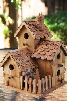 Hout en kurk vogelhuisje