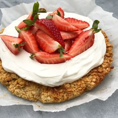 Oat tart with vanilla cream Mummum.dk Oat tart with vanilla cream Mummum. Healthy Breakfast Snacks, Healthy Sweets, Fun Desserts, Delicious Desserts, Yummy Food, Real Food Recipes, Cake Recipes, Dessert Recipes, Vegetarian Cake