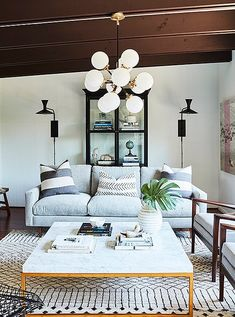 This beautiful Los Angeles cottage belongs to actress Sophia Bush. With the help…