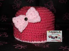 Touca em crochê, com aplicação em laço em crochê.Confeccionada com lã própria para bebê. Para idade de 1 ano. R$ 21,90