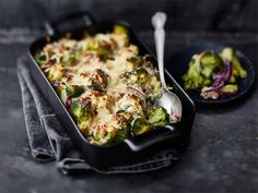 Parsakaali-pekonigratiini Good Food, Yummy Food, 20 Min, Easy Cooking, Quiche, Broccoli, Zucchini, Side Dishes, Food And Drink