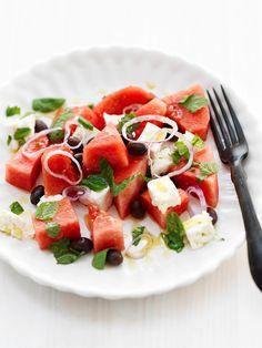 salade van watermeloen, feta, munt, olijven en rode ui: zomersalade ten top! Superfris!