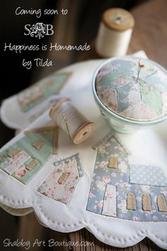 Happiness is Homemade - Shabby Art Boutique House Quilts, Fabric Houses, Patch Quilt, Applique Quilts, Embroidery Applique, Linens And Lace, Sewing Rooms, Pin Cushions, Needle And Thread