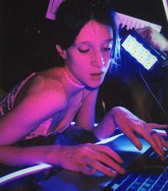 L'artiste Régina Demina crée un univers personnel complexe et immersif en mêlant le son, l'installation, la vidéo et la performance. Son inspiration première du moment ? Les profondeurs d'Internet, les creux d'Instagram.