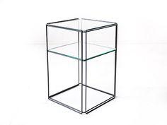 <p>De Fransman Max Sauze is vooral bekend om zijn bijzondere lamp ontwerpen, maar ook van de Isocele serie. Hij ontwierp nesting tables, salontafels en dit bijzettafeltje wat een stuk zeldzamer is dan de nesting tables. Het zwart metalen frame is nog helemaal netjes. Het onderste glasplaatje heeft 2 minieme chipjes …</p>