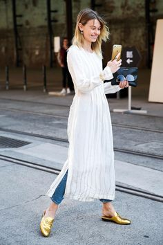 73 Styling Hacks to Steal From the Street Style Down Under Best Australia Fashion Week Street Style 2016 Look Street Style, Street Style 2016, Street Chic, Street Styles, Street Style Fashion, Street Wear, How To Wear Jeans, How To Wear Loafers, White Maxi Dresses