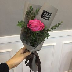 so bouquet resembles the person How To Wrap Flowers, Diy Flowers, Fresh Flowers, Flower Decorations, Beautiful Flowers, Single Flower Bouquet, Rose Bouquet, Flower Packaging, Single Rose