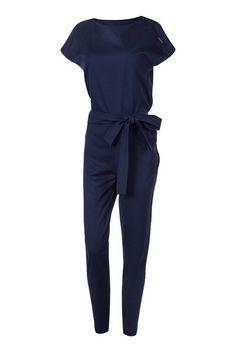 Elegancki kombinezon damski, uszyty z przyjemnej w dotyku tkaniny Lacosta. #kombinezon #kobieta #moda #trendy #granat