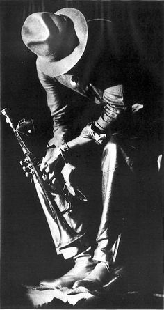 Dedicated to the life and work of jazz trumpeter, band leader, composer and genius Miles Davis - Musician Photography, Dark Photography, Black And White Photography, Jazz Artists, Jazz Musicians, Era Do Jazz, Jazz Players, Jazz Bar, Jazz Blues