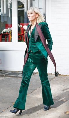 Cate Blanchett and Sandra Bullock on set of all-female sequel Ocean's Eight in New York Cate Blanchett, Green Suit Women, Suits For Women, Three Piece Suit, 3 Piece Suits, St Patrick's Day Outfit, Outfit Of The Day, Dandy, Ocean's Eight