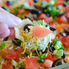 Seven Layer Tex Mex Dip Recipe - The easiest and quickest Mexican dip recipe with layers of refried beans, guacamole, taco seasoned sour cream and more! Quick Appetizers, Appetizer Dips, Appetizer Recipes, Mexican Dip Recipes, Mexican Dips, Tex Mex Dip Recipe, Slow Cooker Huhn, Slow Cooker Chicken Tacos, Seven Layer Dip
