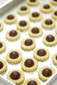 Harumnya bau biskut dari rumah jiran sebelah.. Bila bulan puasa kita bukan sahaja terhidu aroma masakan yang mengoncang iman, tapi juga bau... Biscuit Cookies, Cake Cookies, Cupcakes, Tart Recipes, Holiday Desserts, Biscuits, Cheesecake, Food And Drink, Pie