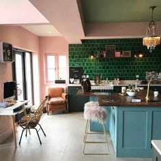 Colourful, bright open plan kitchen with green tiles, blue cabinets and pink walls. Pic tatjana dorenberg Colourful, bright open plan kitchen with green tiles, blue cabinets and pink walls. Open Plan Kitchen, New Kitchen, Kitchen Counters, Awesome Kitchen, Kitchen Tiles, Dark Green Kitchen, Pink Kitchen Walls, Pink Kitchen Decor, Turquoise Kitchen