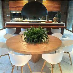 Espaço gourmet com o clássico branco + madeira, e toque preto. Ficou fantástico!!! Projeto Roberto Migotto #gourmet #homedecor #luxurydesign #boanoitinha #goodnight #saturdaynight #luxo #arquitetura #arquiteta #designer #instadecor #Instagram #decoration #like #beautiful #churrasco #churras #amazing #blogfabiarquiteta #fabiarquiteta