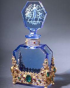 Blue perfume bottle - Blue glass is so clear. Blue Perfume, Antique Perfume Bottles, Beautiful Perfume, Vintage Bottles, Vintage Glassware, Glass Vase, Perfumes Vintage, Glas Art, Vintage Perfume Bottles