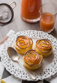 Rose of puff pastries Beaux Desserts, Just Desserts, Dessert Recipes, Dessert Aux Fruits, Beautiful Desserts, Batch Cooking, Healthy Baking, Creative Food, I Love Food