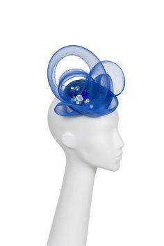 Tocado azul Blue headdress Hecho con base de puntal y aplicaciones brillantes.