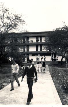 Alumnos de la UDEP caminando por el Campus (1971)