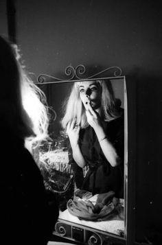 Elizabeth Taylor sporting a blonde wig, photographed by Michael Ochs, 1963.