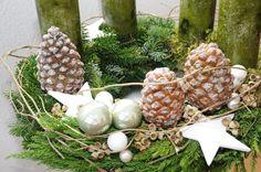 ...mit hochwertigen und ausgesuchten Materialen wie Eucalyptus, Pinienzapfen und tollen Keramiksternen gebunden... BITTE BEACHTEN: Die Kerzen sind run