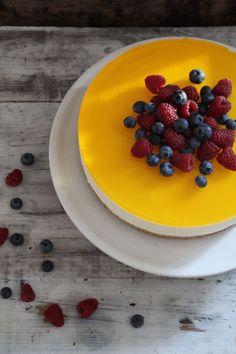 Ostekake med sitron og gelélokk - helt uten steking - en herlig forfriskende kake. For denne og andre flotte kakeoppskrifter besøk bloggen Mat på Bordet.