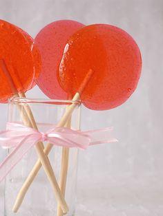 lollipops...4 cucchiai di zucchero, 2 di acqua, portare ad ebollizione poi aggiungere 3 gocce di olio essenziale a piacere poi versare su teglia di acciaio spennellata di olio di semi e far raffreddare. in un unico blocco si formano caramelle che andranno spezzate prima del totale raffreddamento/ indurimento