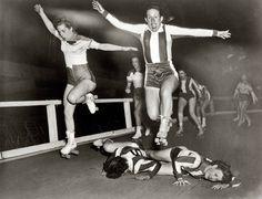 Mujeres participando en el Derby, la liga de patinadoras de New York. [10 de marzo de 1950]