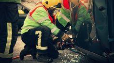 Um den Helfern bei einem schweren Unfall die Arbeit zu erleichtern und so die Rettungsmaßnahmen zu beschleunigen, bietet der ADAC für viele Fahrzeugmodelle eine so genannte Rettungskarte an. Diese Karte wird hinter der Sonnenblende befestigt und weist die Helfer darauf hin, wo im Notfall die Rettungsschere anzusetzen ist, welche Vorsichtsmaßnahmen beim jeweiligen Fahrzeugtyp zu beachten sind oder wie der Spreizer eingesetzt werden muss. Alle Infos findet ihr auf den Seiten des ADAC!